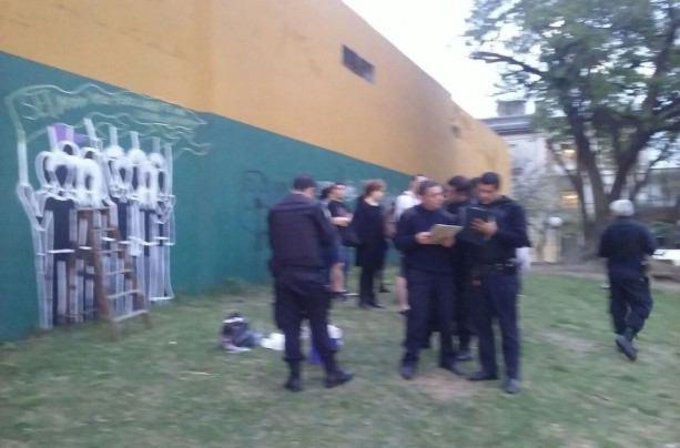 Diez militantes quedaron con causas penales por pintar un for Cuanto cobrar por pintar un mural